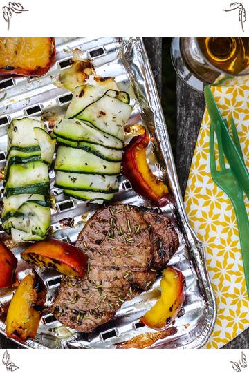 Glacierte Karree Steaks mit gegrillten Nektarinen und Schafskäse im Zucchinimantel