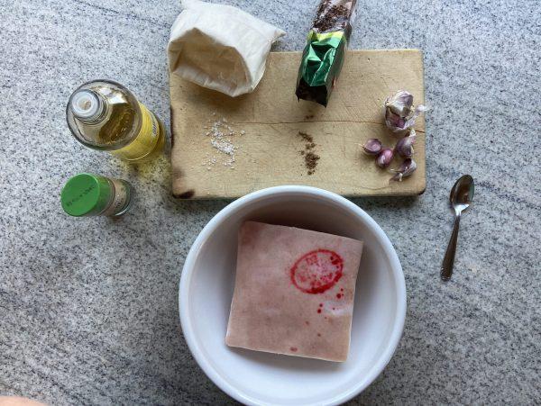 Zutaten Kümmelbraten - Schweinefleisch, Öl, Salz, Kümmel, Knoblauch, Pfeffer