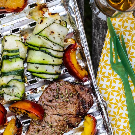 Glacierte Karree-Steaks mit Nektarinen und Schafskäse im Zucchinimantel